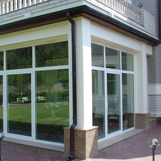Виды окон частных домов и материалы для их изготовления