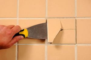 Как аккуратно снять плитку со стены