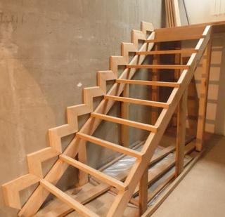 Деревянная лестница своими руками: фото, видео изготовления 26